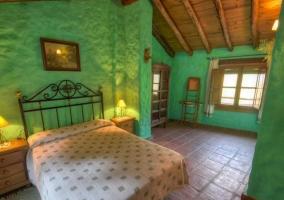 Dormitorio de matrimonio de color verde con techos de madera