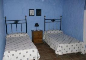 Dormitorio doble con pared en color azul