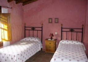 Dormitorio doble con pared en color rosa