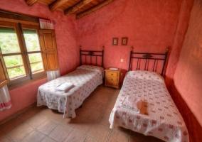 Dormitorio doble con paredes rosas