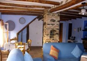 Sala de estar con columna de piedra