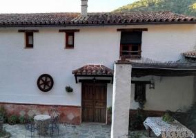 Vistas de la fachada en blanco y porche