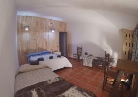 Dormitorio con cama de matrimonio y dos individuales