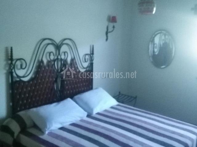 Dormitorio amplio con elegante cabecero