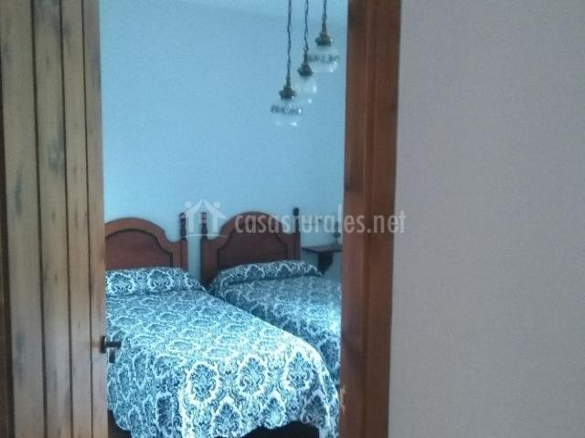 Dormitorio doble con colcha en tonos blancos y negros