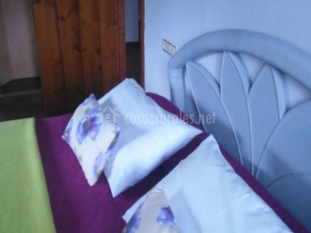 Dormitorio doble en verde y cojines