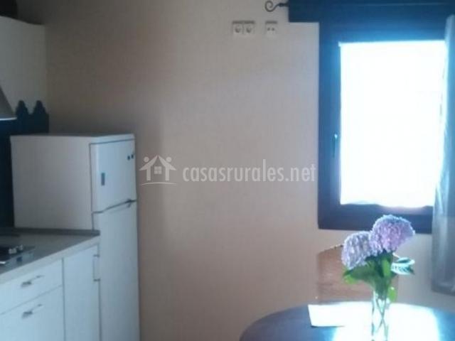 Sala de estar y cocina en el mismo espacio y mesa redonda