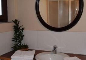 Aseo con espejo redondo