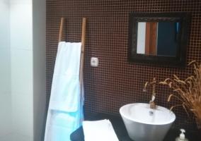 Aseo moderno con escalera como toallero