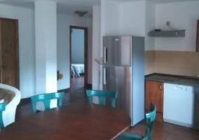 Cocina y comedor en el mismo espacio con sillas de colores