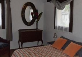 Dormitorio de matrimonio con colcha de cuadros
