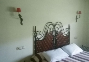 Dormitorio de matrimonio con colchas de rayas