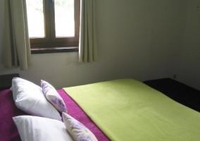 Dormitorio doble en verde y ventanas