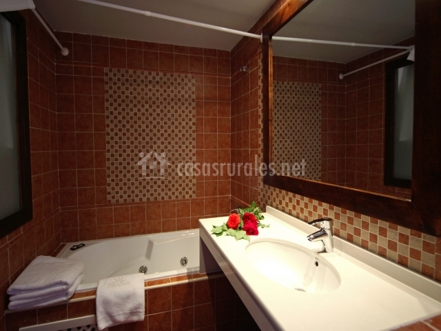 Bañera con hidromasaje en cuarto de baño precioso