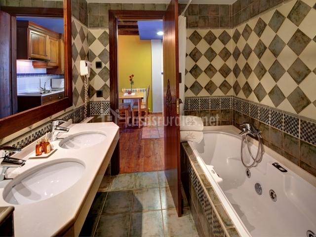 Otro cuarto de baño con bañera con hidromasaje