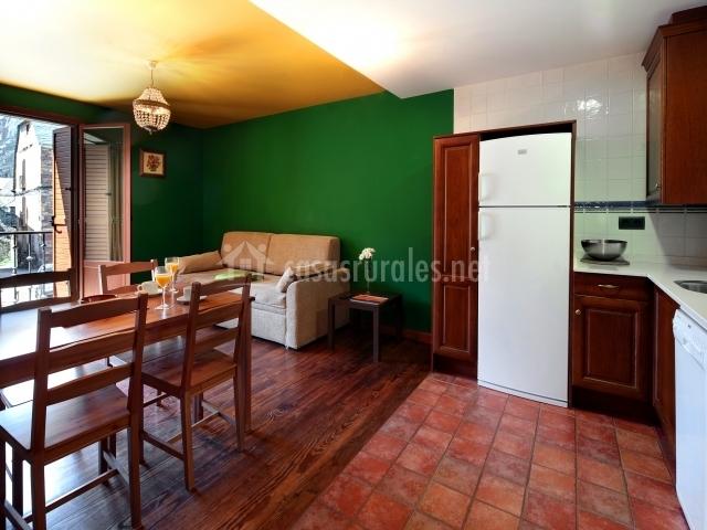 Apartamento amplio con la cocina y el salón