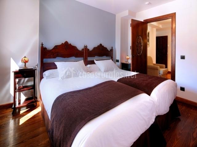 Cama con dos camas individuales en apartamento familiar
