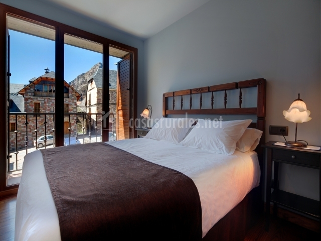 Dormitorio con cama de matrimonio muy amplia