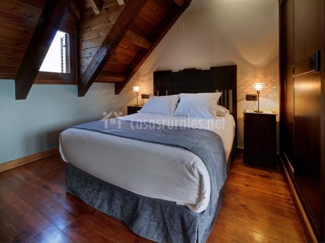 Amplia cama de matrimonio en buhardilla