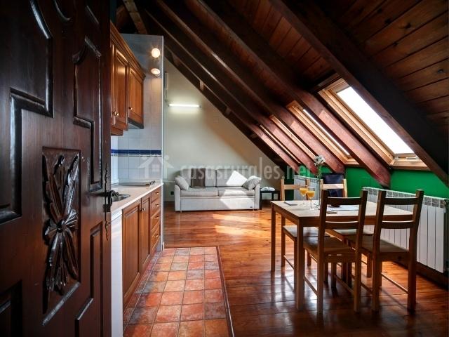 Apartamento abuhardillado con salón y cocina