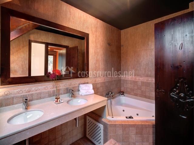 Jacuzzi en cuarto de baño de color piel