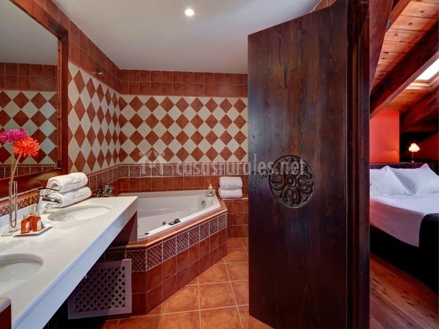Jacuzzi para dos con dos lavabos en apartamento romántico
