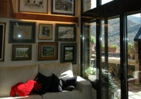 Sala de estar con salida a la terraza de la barbacoa
