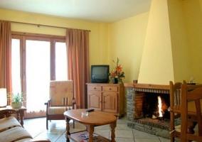 Sala de estar con chimenea y friso de madera en la parte superior