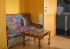 Dormitorio triple con colchas en azul