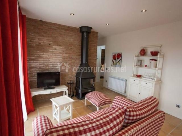 Casa tapioles en altes lleida for Sala de estar rojo y blanco