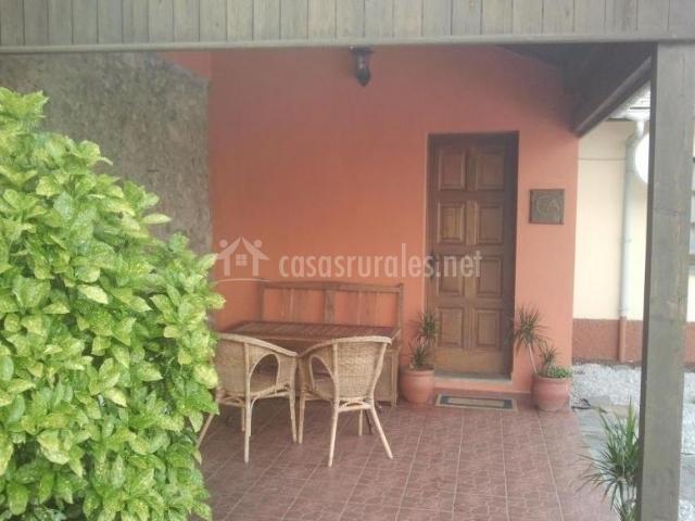 Vistas del porche con banco y varias sillas