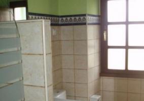 Aseo de la casa con detalles verdes y ducha