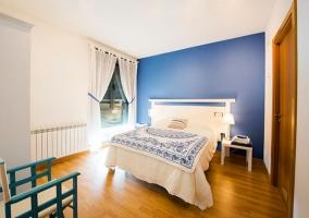 Dormitorio de matrimonio con detalles de color azul