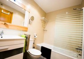 Dormitorio de matrimonio y aseo con bañera