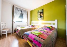 Dormitorio doble con pared verde pistacho