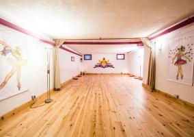 Sala de meditación con suelo de madera