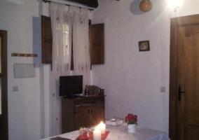 Sala de estar con su mesa y velas