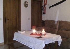 Sala de estar con su mesa junto a la chimenea