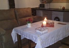 Sala de estar con su mesa puesta