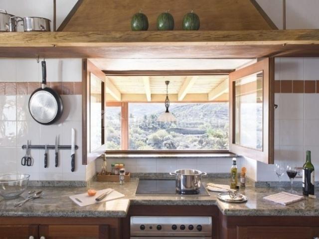 Cocina con ventana y horno