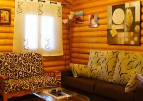 Sala de estar con ventana junto a los sillones