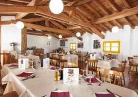 Restaurante con vigas de madera