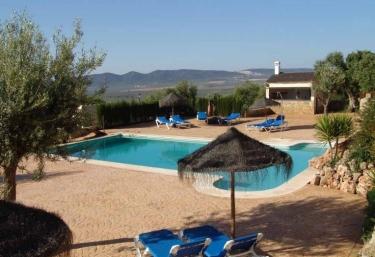 Casas rurales con piscina en estepa for Complejo rural con piscina