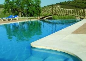 Acceso a la piscina del complejo