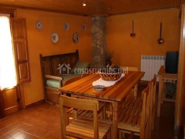 Casa la fuente en el vallecillo teruel for Sala de estar madera