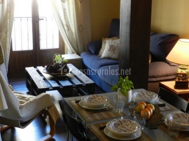Comedor y sala de estar vistos desde la cocina