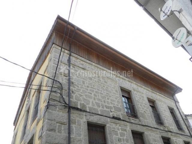 Vistas de la fachada en piedra con ventanas