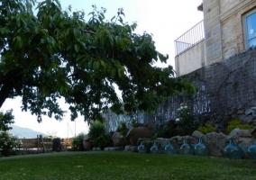Vistas de las zonas verdes exteriores y la fachada