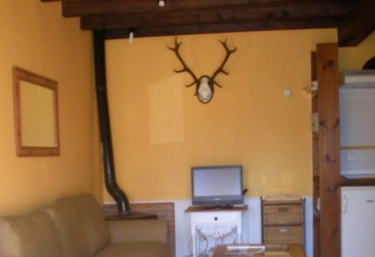 Sala de estar con sillones de tonos tierra