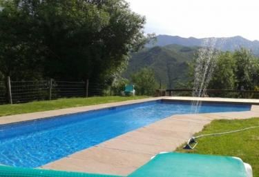 Acceso a la piscina con hamacas